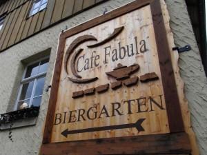 Cafe Fabula Holztafel Hinweisschild